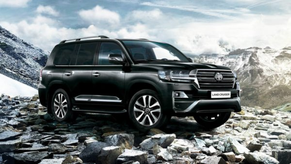 «Крузак» вместо ёлки: Украшенный гирляндами Toyota Land Cruiser показали в сети